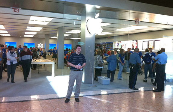 Jeff Geerling in front of Apple Store, Galleria, St. Louis